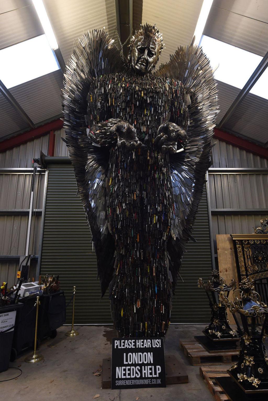 Anjo das Facas - uma escultura feita de 100.000 facas confiscadas pela polícia 02