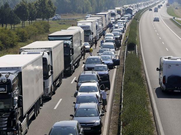 Caminhões e carros em fila de 30 km de extensão congestionam rodovia em Gyor, na Hungria, no sentido que leva até a fronteira austríaca. A Áustria passou a fazer vistoria de veículos nas fronteiras após o caso de imigrantes achados mortos em um caminhão (Foto: Reuters/Stringer)