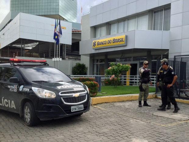 Três pessoas foram presas tentando assaltar o Banco do Brasil do Pina na manhã desta segunda (6). Segundo a PM, os suspeitos renderam os três vigilantes antes de a agência abrir (Foto: Kety Marinho / TV Globo)