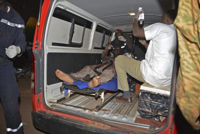 Un homme blessé reçoit des soins dans une... (PHOTO AHMED OUOBA, AFP)