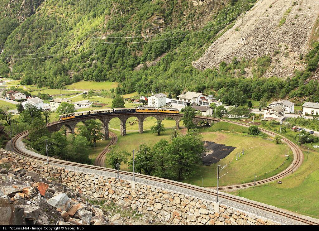 Viaduto ferroviário em espiral Brusio na Suíça 02