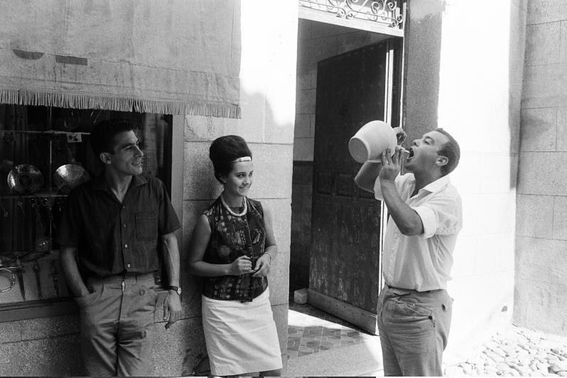 Bebiendo del botijo en septiembre de 1962. Fotografía de Harry Weber. Österreichische Nationalbibliothek