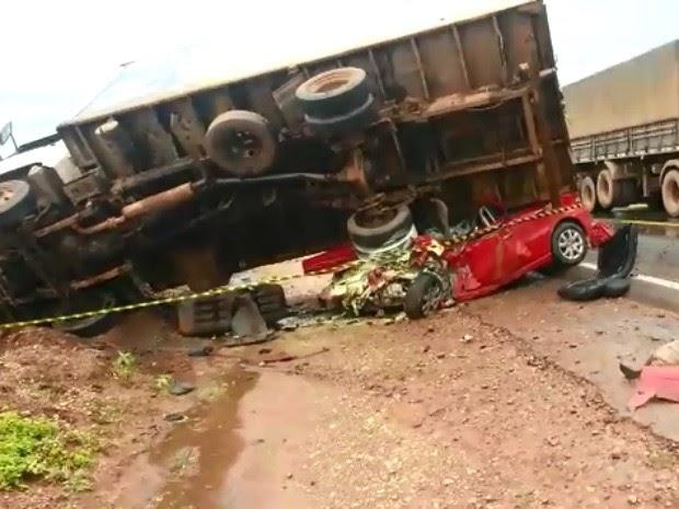 Caminhão cai em cima de carro na BR-163 em MT e mata cinco pessoas