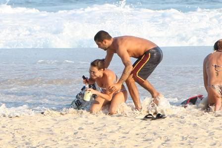 Luana Piovani vai à praia e é surpeendida por onda
