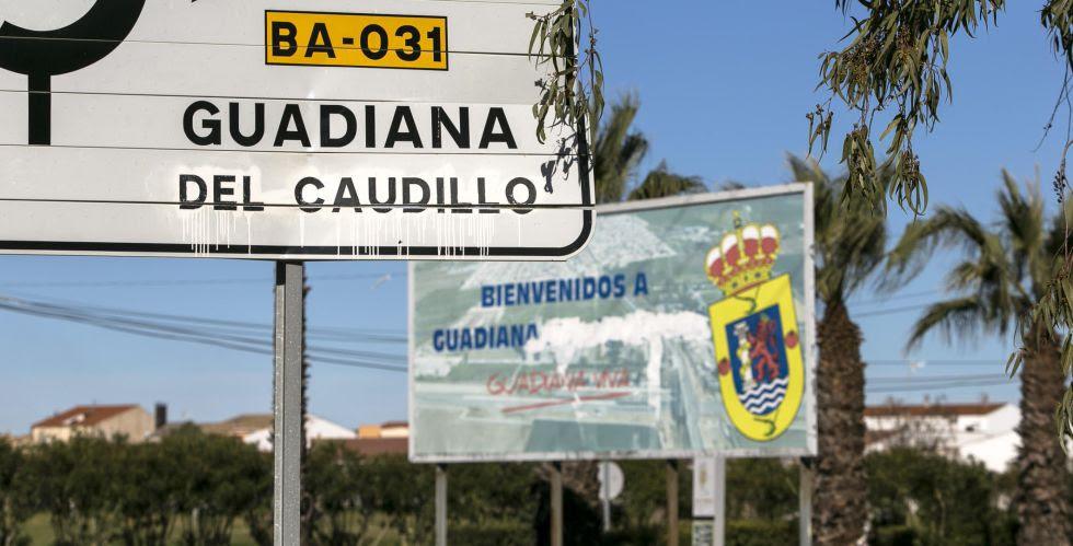 El cartel de llegada a Guadiana del Caudillo, donde aparece borrado el 'apellido' franquista.