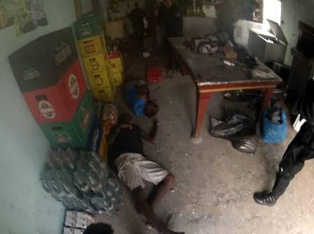 Policiais encontram corpos no bar, para onde também seria levada a outra vítima