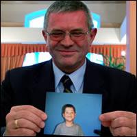 Zbigniew Chojnowski con una foto de Sebastián, el niño salvado por un milagro