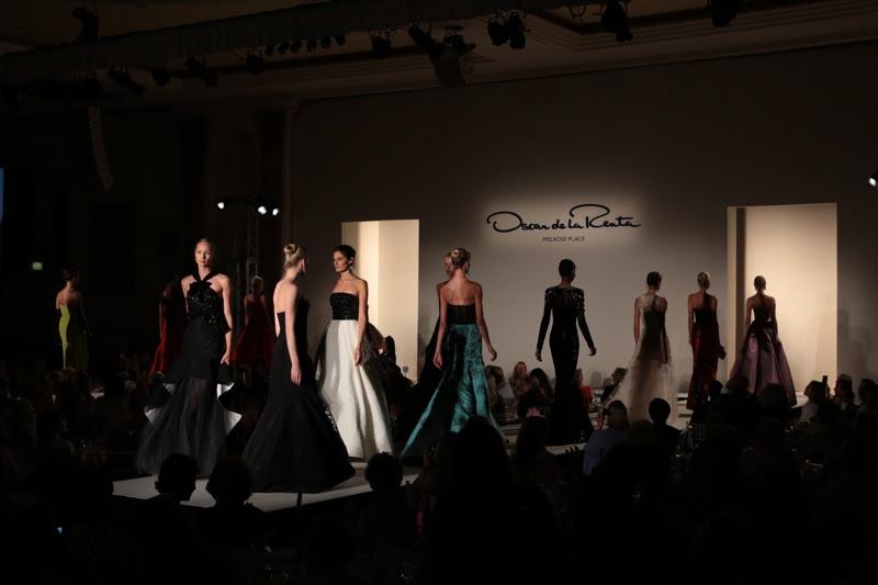 Uma vista do Oscar De La Renta A / W 2016 mostra durante os colegas Anual do almoço e Oscar de la Renta Moda show no Beverly Wilshire