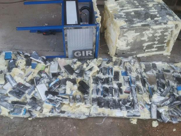 Resultado de imagem para Bebedouro com 181 celulares é deixado em penitenciária de Cuiabá-MT