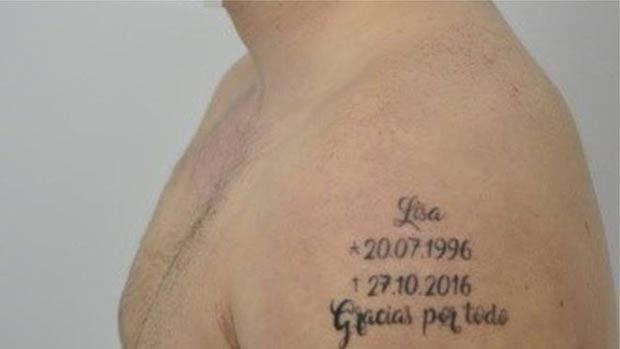 """Tatugem mostra nome da vítima com datas de nascimento e morte e a frase """"Obrigado por tudo"""" (Foto: Policia Nacional)"""