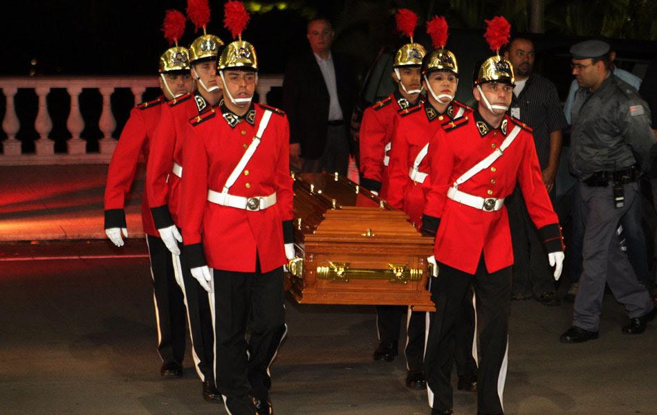 O corpo da apresentadora Hebe Camargo chega ao Palácio dos Bandeirantes para ser velado