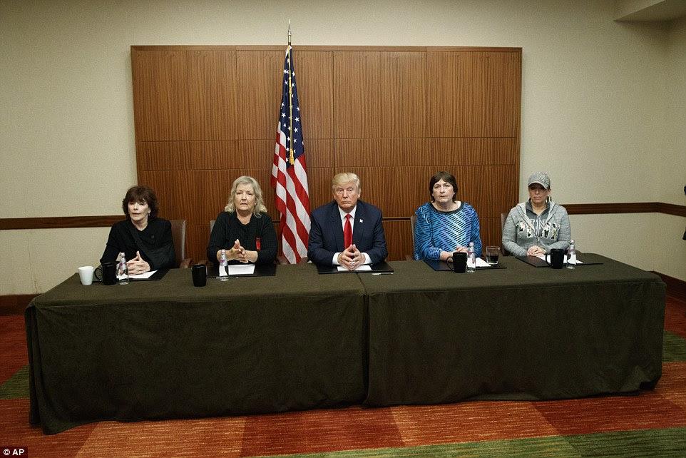 (LR) Kathleen Willey, Juanita Broaddrick, Donald Trump, Kathy Shelton e Paula Jones realizou uma foto-op em St. Louis, Missouri, no domingo antes do segundo debate presidencial