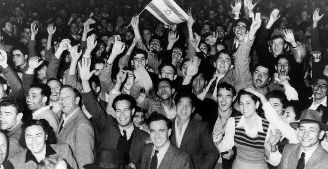 Foto del 29 de noviembre de 1947 de ciudadanos de Tel Aviv que celebran la decisión de las Naciones Unidas sobre la partición de Palestina. AFP