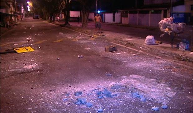 Rua de Jardim Tropical ficou com rastros de destruição após protesto. (Foto: Reprodução/TV Gazeta)
