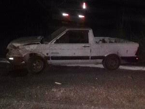 Vítima vinha em uma caminhonete branca e parou para ajudar motorista de ônibus (Foto: Divulgação/Polícia Rodoviária Federal)