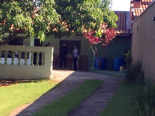Policiais na casa onde mãe de ganhador da Mega-Sena foi encontrada (Foto: Divulgação/Polícia Civil)