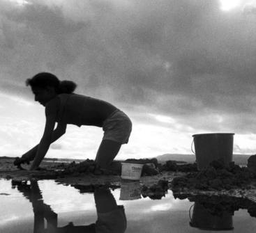 Menina marisqueira em Maragogipe, na Bahia. Foto: João Roberto Ripper / Imagens Humanas