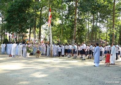 Cư sĩ và Gia Đình Phật tử Huế hướng về Lễ Đài Phật Đản – Hình PTTPGQT