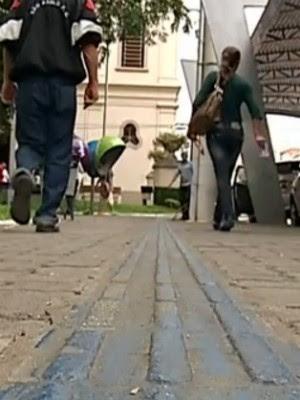 Piso tátil em praça, auxilia deficientes visuais (Foto: Reprodução/ TVTEM)