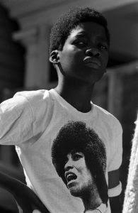 Garoto com a camiseta de Angela Davis