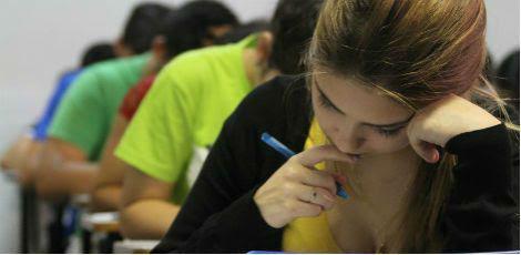 Estudantes que vão concluir o ensino médio este ano em escolas públicas e participantes que declararem carência são isentos da taxa / Foto: Diego Nigro/ JC Imagem