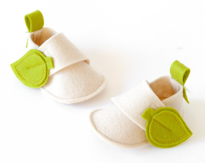 Newborn boys & girls baby shoes, white booties with green leaves, eco friendly infant slippers in pure wool, baby shower gift