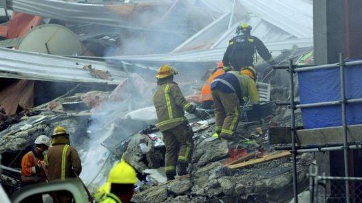 CHRISTCHURCH. Los rescatistas intentan rescatar a una mujer de los escombros de un edificio de oficinas. (EFE)
