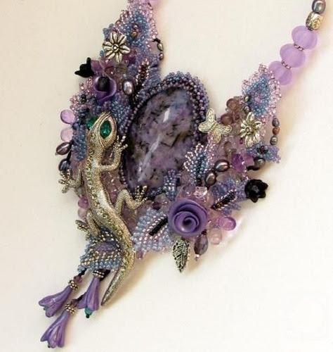 Cabochon pendant with charoite