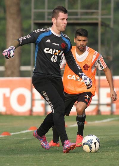 Paulo Victor treina nesta sexta-feira no Ninho do Urubu (Foto: Gilvan de Souza/Fla Imagem)