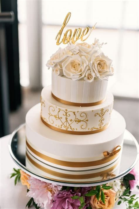 10 gold wedding cakes you'll love   Easy Weddings
