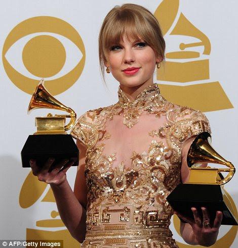 Sucesso: Taylor Swift realizada na festa repleta de estrelas e também pegou dois gongos, que ela posou com após o evento