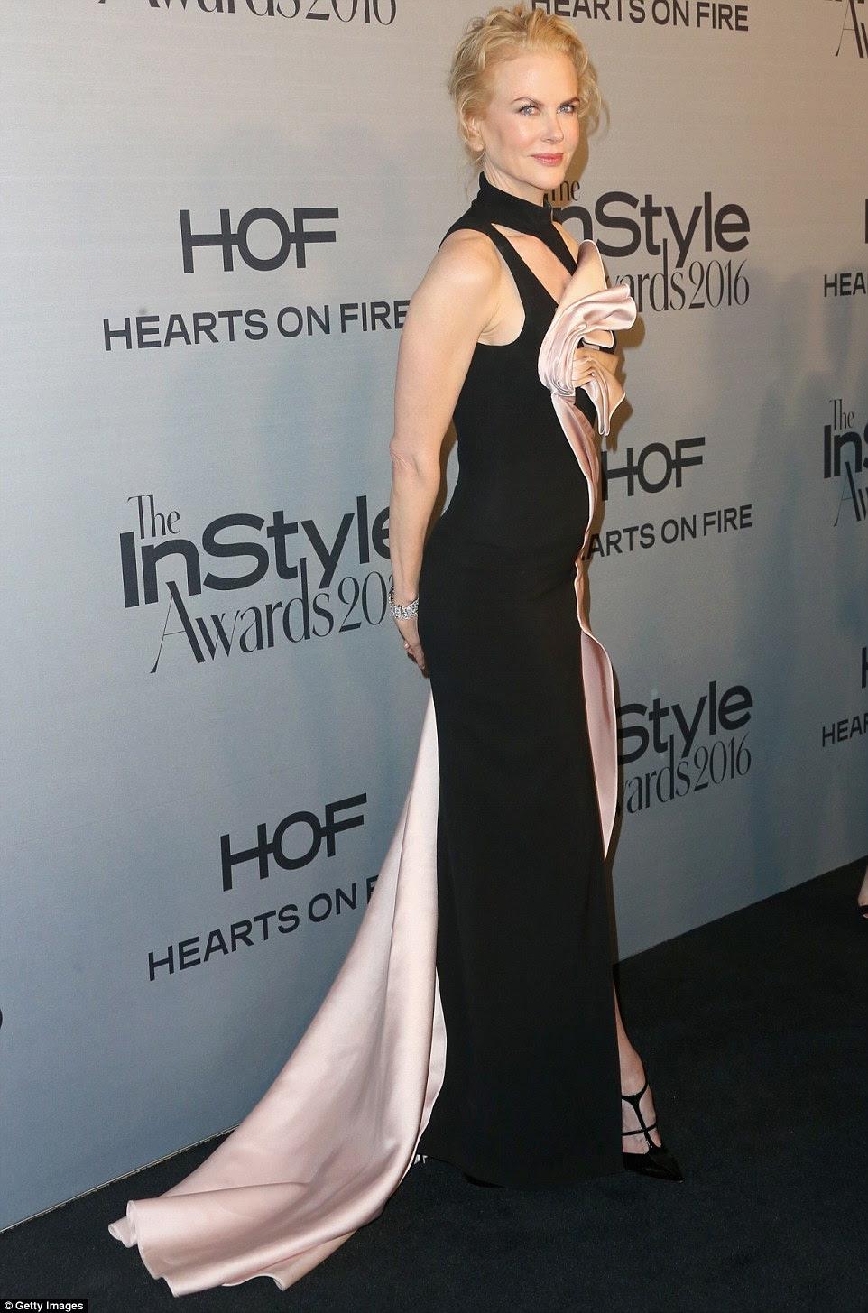 Incomum: A atriz se destacou em um vestido preto e rosa com um ousado fenda de um lado