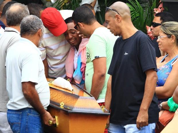 Namorado é amparado por amigos e familiares no enterro de Mary Morena (Foto: Urbano Erbiste / Agência O Globo)