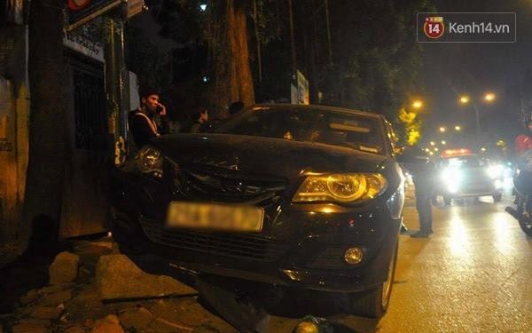 Hình ảnh Hà Nội: ô tô hất một phụ nữ lên nắp capo khi gây tai nạn liên hoàn số 1