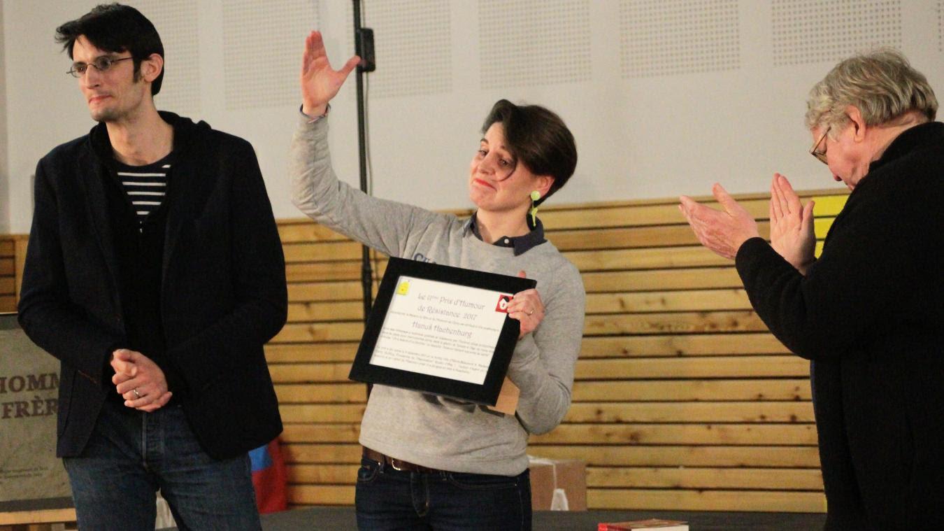 Étienne Moulron (à droite) a remis le prix à Claire Audhuy et Baptiste Cogitore, qui ont découvert et mettent en valeur la pièce d'Hanuš Hachenburg.