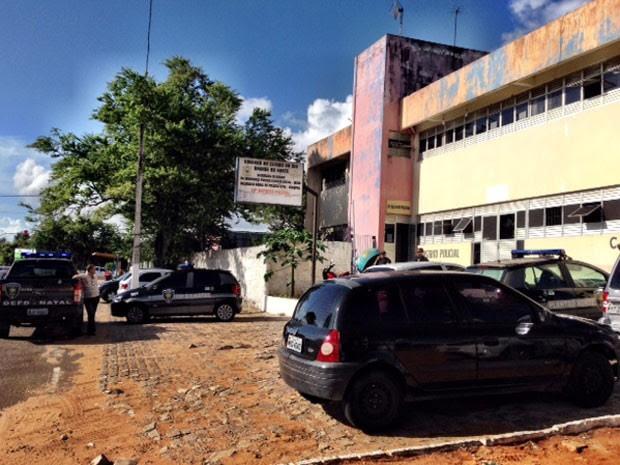 Suspeitos detidos foram levados para a 10ª DP (Foto: Emmily Virgílio/Inter TV Cabugi)