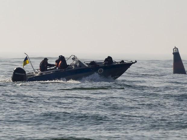 Autoridades ucranianas buscam vítimas de naufrágio (Foto: Yevgeny Volokin/Reuters)