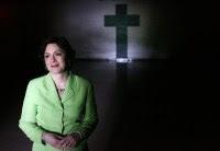 Pastora apóstata se tornou militante ateia e diz que crença em Deus é a causa do mal no mundo