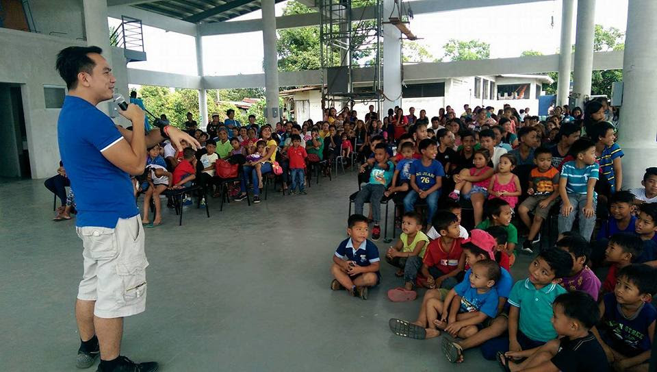 the-voicemaster-wows-the-kids-of-silang-cavite-with-his-multiple-character-voices-during-christmas-charity