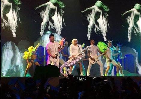 H Lady Gaga εμφανίστηκε τυλιγμένη με την ελληνική σημαία στο ΟΑΚΑ (Εικόνες)