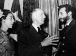 18 de abril. Fidel, Celia Sanchez y el periodista norteamericano Herbert Mathews, columnista del New York Times, amigo de la Revolución cubana, en la recepción celebrada en la Embajada de Cuba en Washington. Foto: Revolución.
