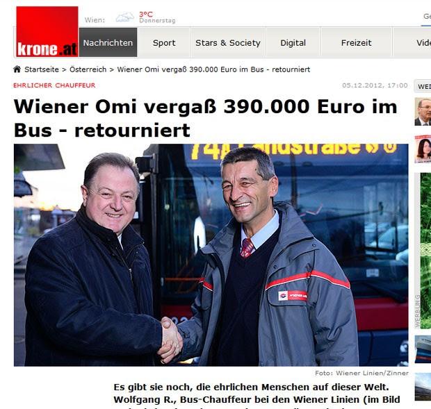 Motorista de ônibus identificado como Wolfgang (à direita) é cumprimentado por devover o dinheiro. (Foto: Reprodução)
