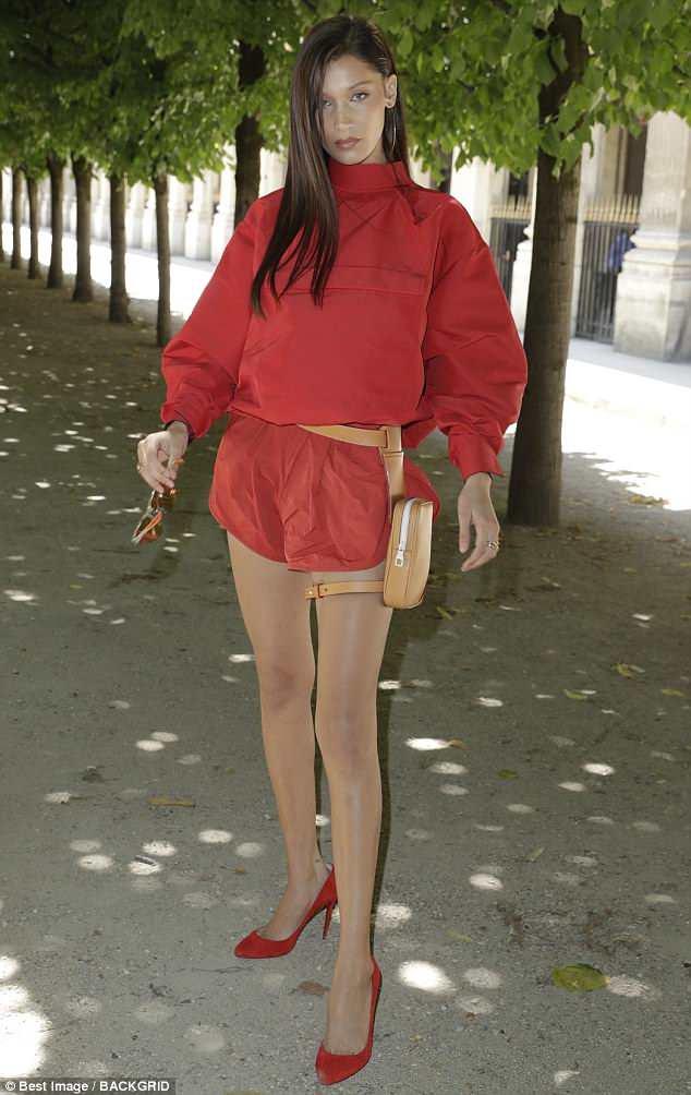 Garota ocupada: Bella está fresca das passarelas em Milão, onde uniu forças com Kendall Jenner, estrela de Mantendo-se Com o Kardashians