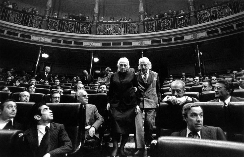 Dolores Ibárruri, La Pasionaria, y Rafael Alberti, diputados del PCE, en el Congreso durante la constitución de las Cortes constituyentes, el 13 de julio de 1977.