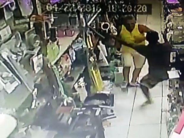 Policial entrou em luta corporal com criminoso em Guarujá, SP (Foto: Reprodução/G1)
