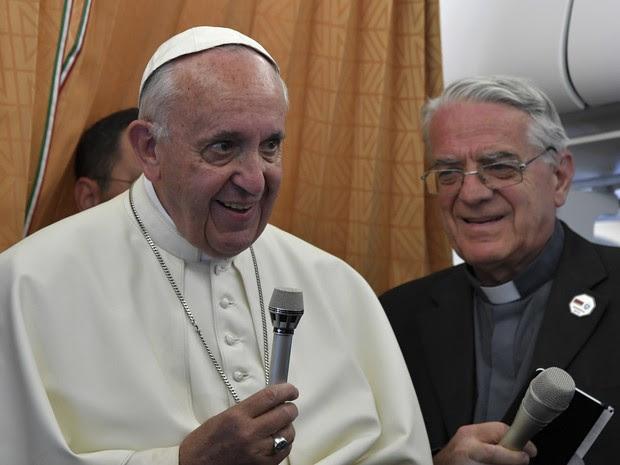 O Papa Francisco conversa com jornalistas no avião que o leva de volta da Armênia para o Vaticano neste domingo (26) (Foto: Tiziana Fabi/Pool photo via AP)