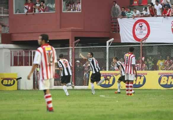 Imagens do duelo entre Villa Nova e Atlético em Nova Lima - Marcos Michelin/EM/D. A Press