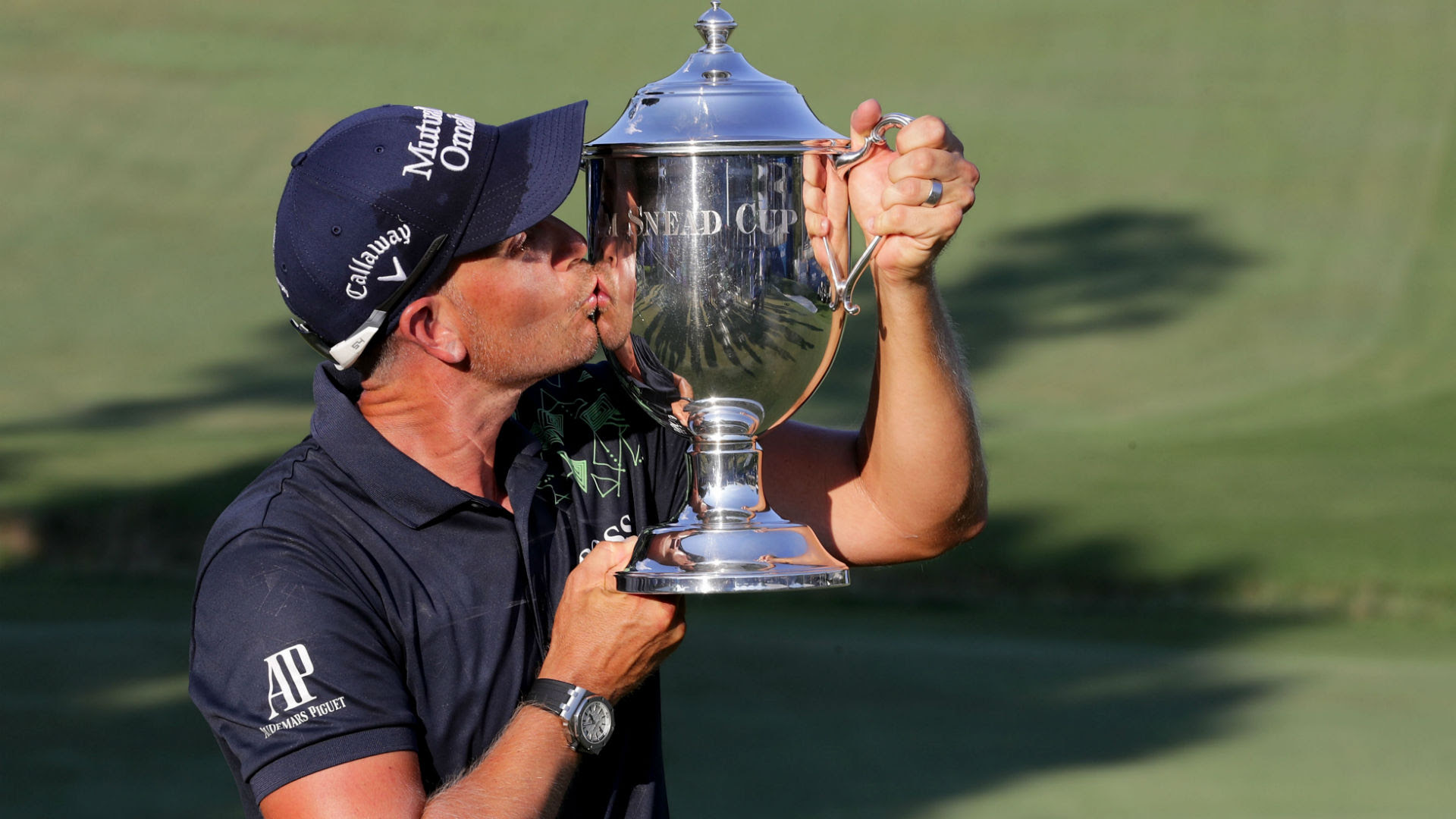 Henrik Stenson kisses Wyndham trophy