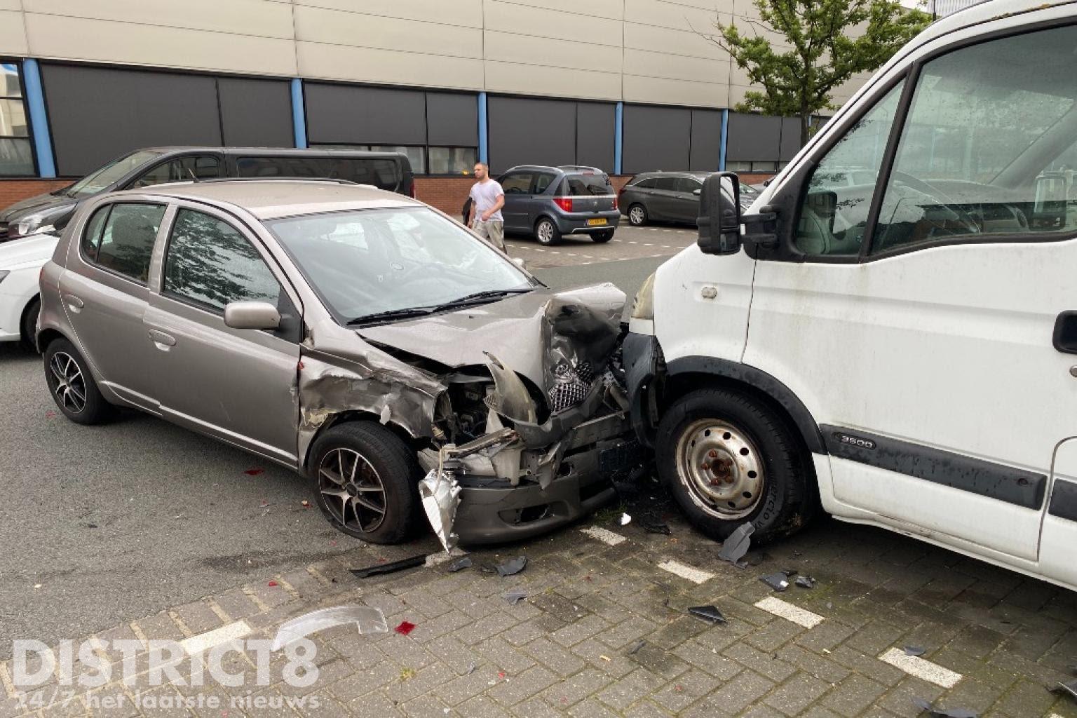 Drie voertuigen lopen flinke schade op na aanrijding Platinaweg Den Haag