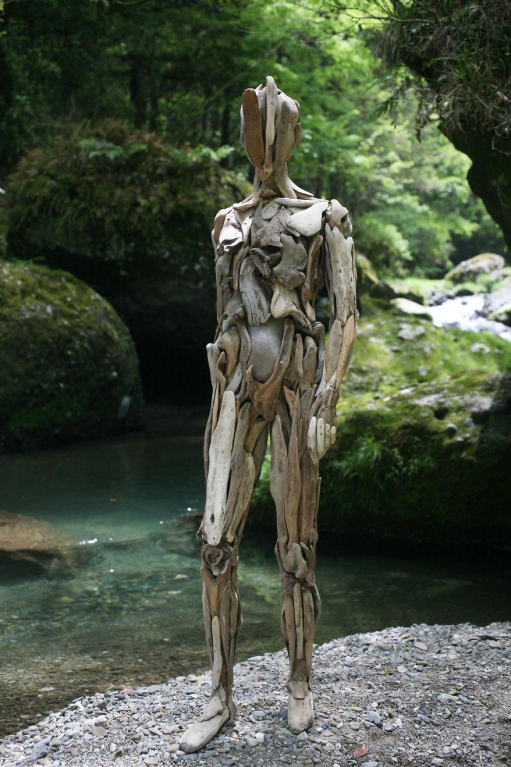 As inquietantes esculturas feitas com detrito de madeira no meio de bosque pelo japonês Nagato Iwasaki 04